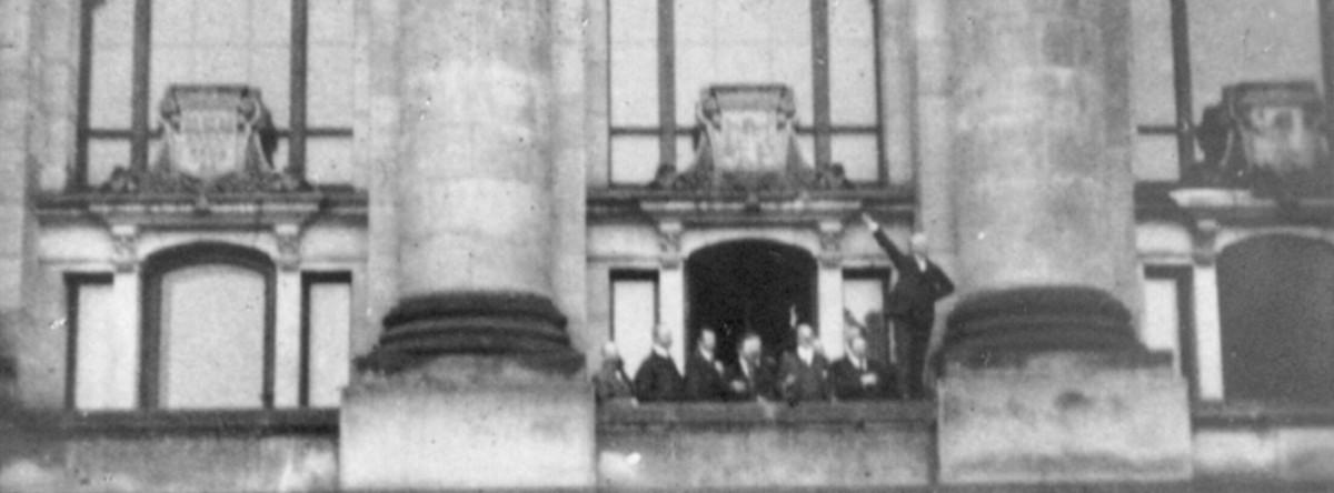 Ausrufung der Republik am 9. November 1918: Philipp Scheidemann spricht vom Westbalkon des Reichstagsgebäudes aus. Foto: gemeinfrei