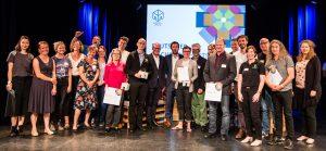 Große Bühne: Die Preisträger des diesjährigen Deutschen Nachbarschaftspreises freuen sich gemeinsam über die Auszeichnung Anfang September in Berlin. Foto: nebenan.de-Stiftung