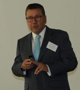 Klaus-Dieter Erdmann (Asset Standard) führt in die Fondsmaterie ein.