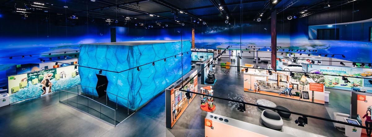 Der blaue Gletscher überragt die Ausstellung und führt die Besucher in ein dystopisches Zukunftsszenario. Fotos: Simon Hofmann