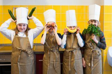 Kinder lernen Obst und Gemüse kennen