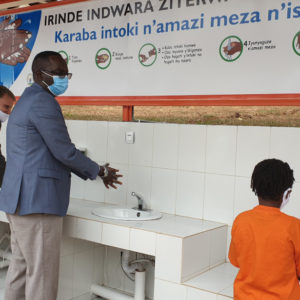 Um die Hygiene und den Zugang zu sauberem Trinkwasser im Land zu verbessern, arbeiten World Vision und die Regierung Ruandas zusammen. Das Bild zeigt Ruandas Gesundheitsminister Daniel Ngamije (Mitte) und National Director World Vision Ruanda Sean Kerrigan bei der Einweihung einer Handwaschstation.