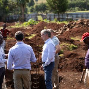 Kaffeeanbau ist in Dano, 200 Kilometer südwestlich von Addis Abeba, nicht die einzige Maßnahme von Menschen für Menschen und Dallmayr. Der Bau einer Schule soll Bildung in der Region verbessern, Schulabgänger könnten dann von der Kaffeekooperative und den dadurch entstehenden Arbeitsplätzen profitieren, so die Hoffnung.