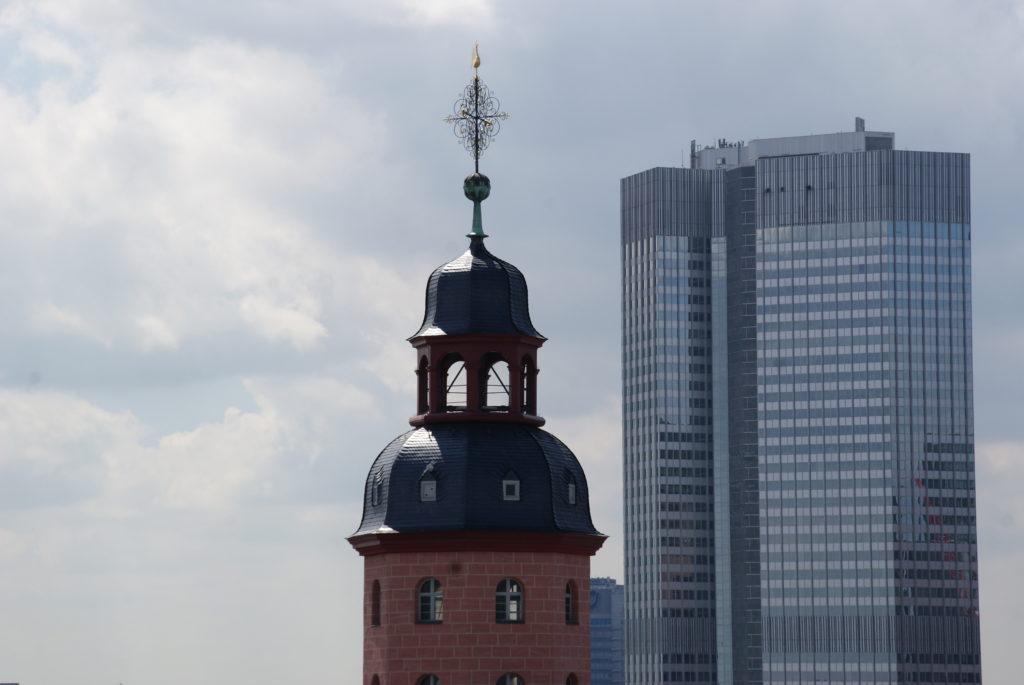 Ein Stadtbild voller Kontraste: in Frankfurt treffen die Paulskirche als Wahrzeichen der Demokratie und die Skyline aufeinander.