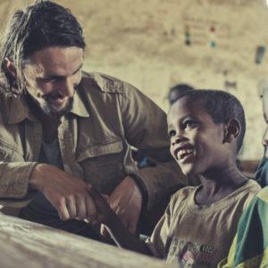 Fernab von Fußballplatz und Profidasein: Neven Subotic in einer Schule in Äthiopien, die von der neuen Wasserversorgung seiner Stiftung profitiert.