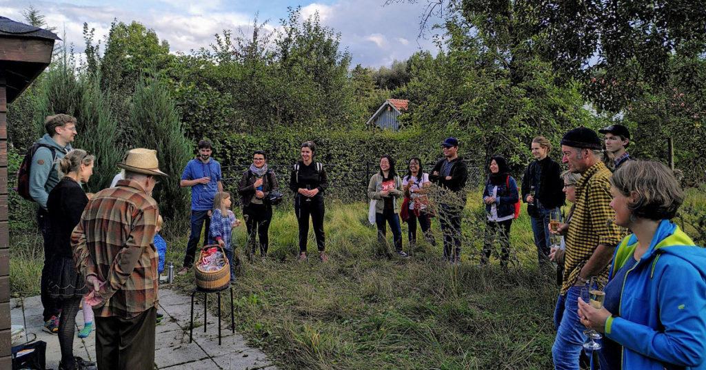 In einem Schrebergarten in Göttingen führen Studierende Forschungsprojekte zur nachhaltigen Landwirtschaft durch. Die gGmbH Stiftung Wissen Wecken berät sie dabei und fördert die Veröffentlichung von Dokumentation und Bildungsmaterial, das aus diesen Projekten hervorgeht.