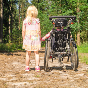 Wenn die Schwester oder der Bruder eine Behinderung hat, übernehmen Geschwister häufig schon in jungen Jahren Verantwortung.