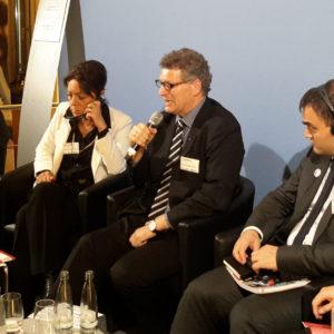 """Parlamentarischer Abend mit dem Entwicklungsausschuss des Bundestags zum Thema """"Bildung für Kinder in Krisen und Konflikten"""" mit verschiedenen Nichtregierungsorganisationen. Frank Mischo (Mitte) von der Kindernothilfe moderiert die Veranstaltung."""