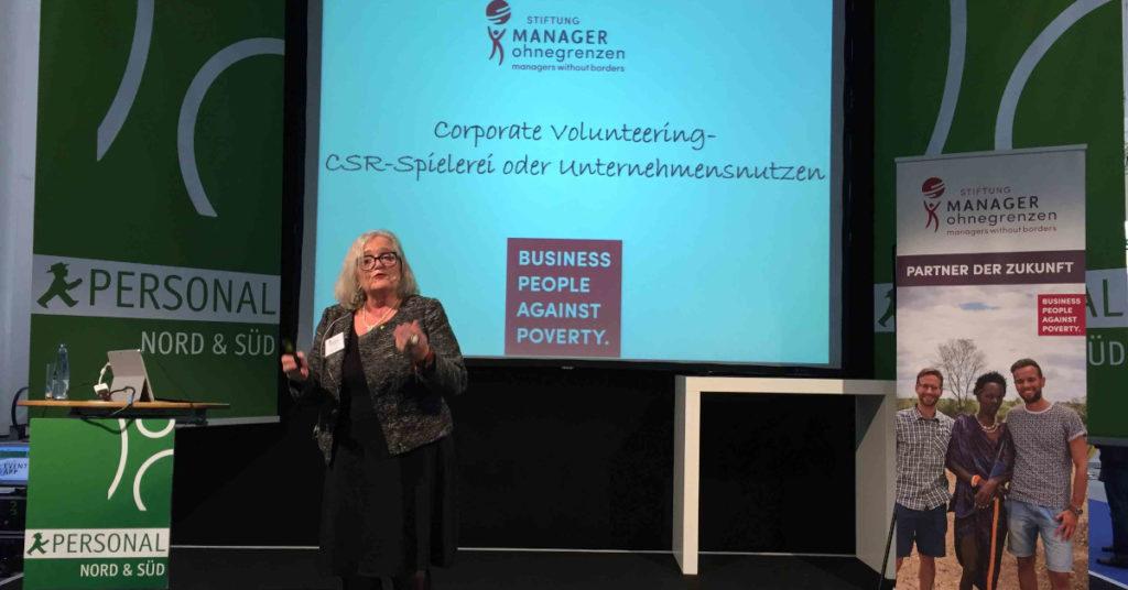 Gründerin Helene Prölß wirbt regelmäßig auf Konferenzen dafür, dass Unternehmen ihre Führungskräfte für einen Einsatz bei Manager ohne Grenzen freistellen.